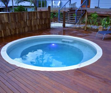 4.1m Custom Plunge pool with 360 party seat @ Yaroomba